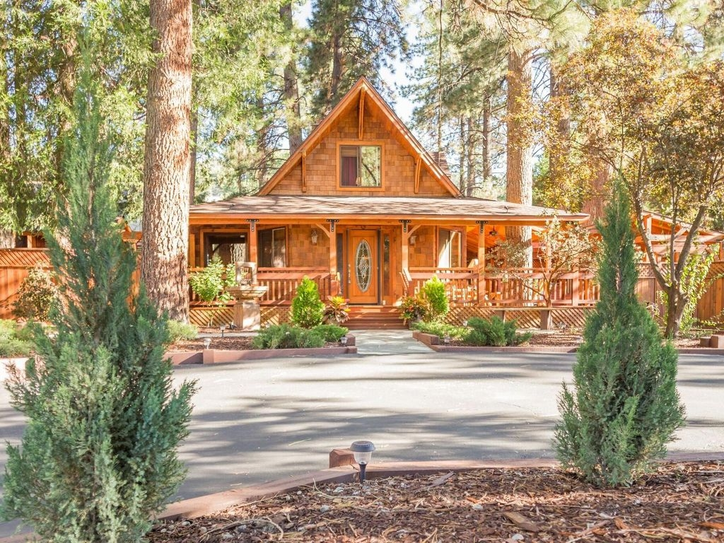 A breathtaking 3BR/2.5BA home featuring an indoor infrared sauna, a second, 6-person outdoor sauna .